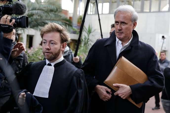 Le maire de Draveil, (Essonne) Georges Tron (à droite), au tribunal de Bobigny, le 23 octobre.