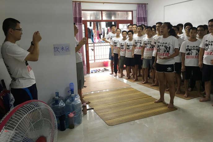 Des étudiants et des militants soutenant le mouvement des ouvriers de l'entreprise Jasic, à Huizhou, le 23 août.