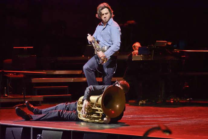 Maxime Morel (tuba) et Henri Deléger (trompette) lors d'une répétition de «Donnerstag aus Licht », de Karlheinz Stockhausen, sur la scène de l'Opéra-Comique, le 8 novembre.