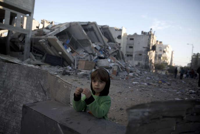 Devant le bâtiment de la télévision Al-Aqsa détruit par une frappe d'Israël, à Gaza, le 13 novembre.