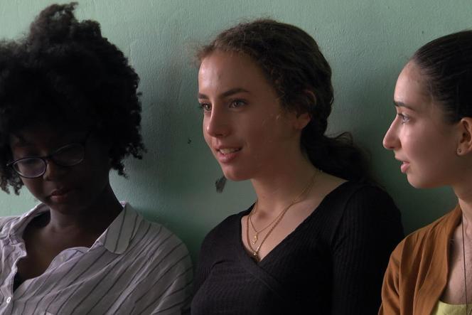 Trois élèves du lycée Romain-Rolland d'Ivry-sur-Seine, dans le Val-de-Marne, filmées dans «Premières solitudes»(2018), de Claire Simon.