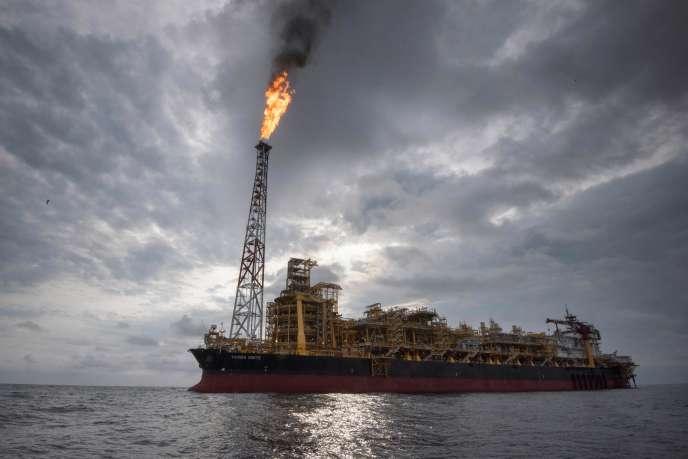 Le navire plate-forme « Kaombo Norte » de Total, à 260 kilomètres des côtes de l'Angola, le 8 novembre.