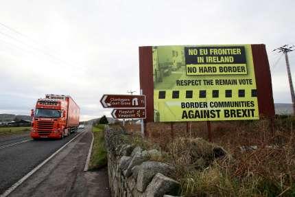 Une affiche contre le Brexit, entre Newry (Irlande du Nord) et Dundalk (République d'Irlande), le 1er décembre 2017.