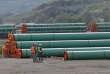 Des ouvriers inspectent des tuyaux d'acier utilisés dans la construction de l'oléoduc du projet d'agrandissement Trans Mountain, à Kamloops, en Colombie-Britannique, au Canada, le 29 mai.