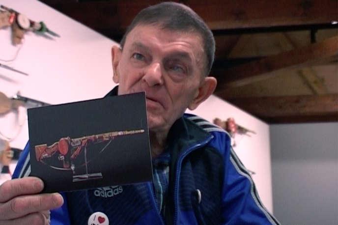 André Robillard et la photo de l'un de ses fusils dans le documentaire d'Henri-François Imbert,« André Robillard, en compagnie».