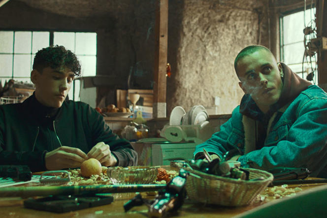 Manolo (Andrea Carpenzano) et Mirko (Matteo Olivetti) dans « Frères de sang », de Damiano et Fabio D'Innocenzo.