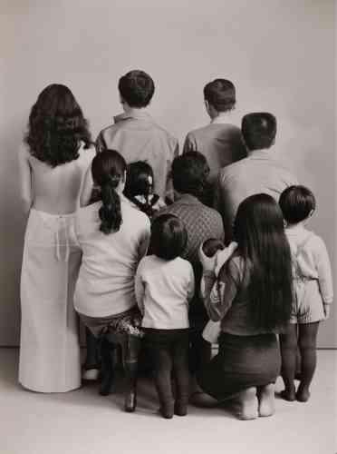 De gauche à droite et de haut en bas. Une actrice, Toshitero, le frère du photographe, son père Sukeso ; son beau-frère Hisashi ; sa belle-sœur Akiko avec Manabu, le fils de sa sœur ; sa mère Mitsue avec Kyoko, la fille de son frère ; sa sœur Kanako avec sa fille Miyako ; le fils de son frère Takuya (1972).