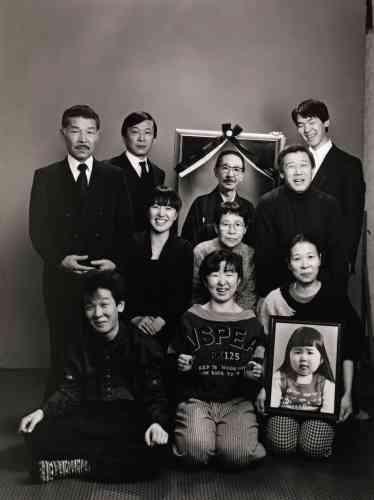 La famille Fukase, 1987. Des photos remplacent les défunts.