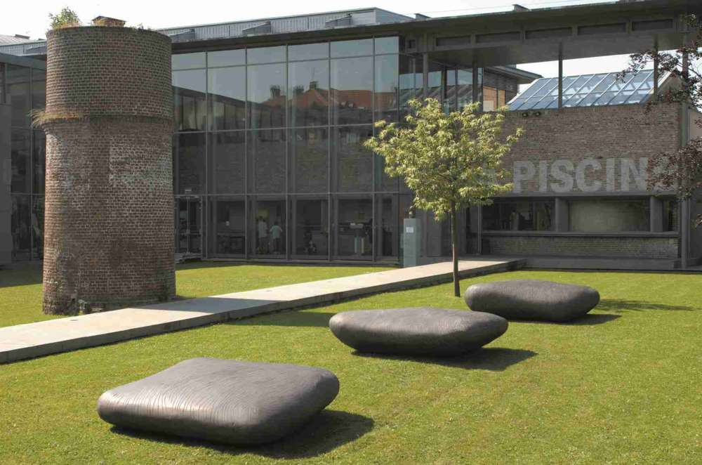 Transformé en 2001 par l'architecte Jean-Paul Philippon, le musée est installé sur deux sites: une ancienne piscine et l'usine de tissage Hannart-Frères. Le visiteur traverse le jardin Thérèse Constans, avant d'accéder au hall.