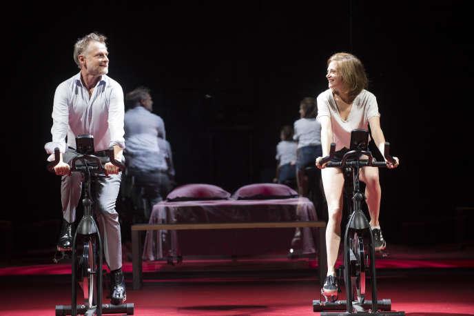 Arnolphe (Claude Duparfait) et Agnès (Suzanne Aubert)dans «L'Ecole des femmes», à l'Odéon-Théâtre de l'Europe à Paris, en novembre 2018.