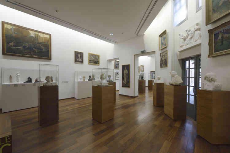 Le parcours consacré aux Beaux-Arts est réparti en 14 salles, autour d'un jardin intérieur. La collection de peinture (Vuillard, Bonnard, Dufy, Van Dongen, Marquet, Foujita, Gromaire…) consacrée aux XIXe et XXe siècles, y côtoie celle dédiée à la sculpture moderne (Rodin, Carpeaux, Claudel, Bourdelle, Picasso, Lachaise, Maillol, Despiau, Orloff, Laurens, Csaky, Derain, Duchamp-Villon, Zadkine, Bouchard…). La richesse du fonds d'arts décoratifs permet de proposer un large panorama d'objets comme les céramiques de Sèvres, de Picasso, de Chagall et de Dufy, ainsi que les verreries de Gallé et les vitraux de Grüber.