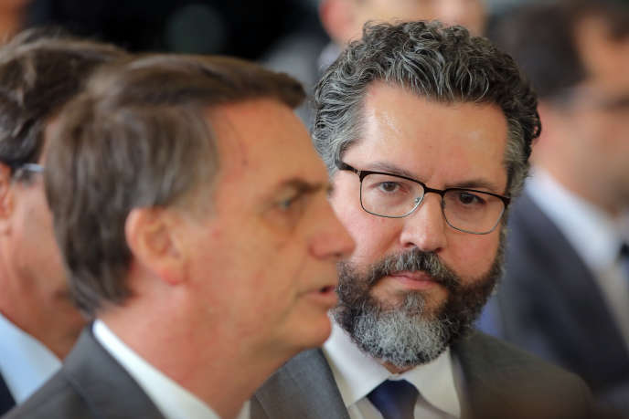 Le président élu Jair Bolsonaro (à gauche) et son nouveau ministre des affaires étrangères Ernesto Araujo, à Brasilia, le 14novembre.