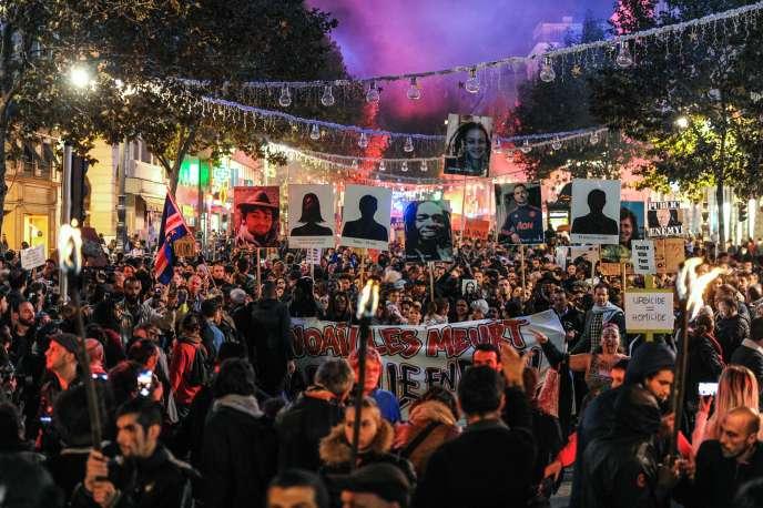 Des manifestants brandissent les portraits de victimes de l'effondrement d'immeubles de Marseille, lors d'une« marche de la colère», le 14 novembre.