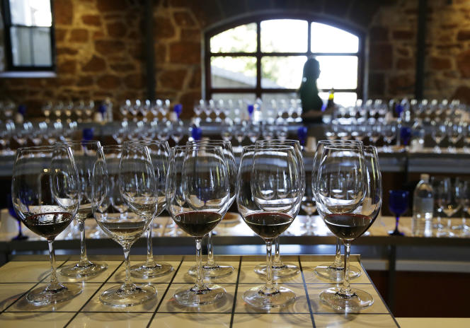 Aux Etats-Unis, le vin est divisé en treize sous-catégories, qui tiennent compte de la taille du contenant (moins de 2l, de 2 à 10l, plus de 10l), de la teneur en alcool du vin, et de si le vin est pétillant ou non.