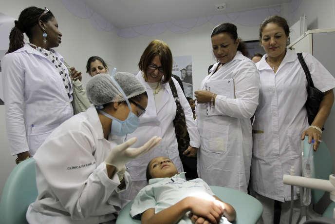 Des médecins cubains dans une clinique de Brasilia, en 2013.