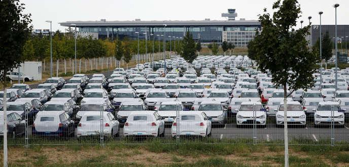 De nouvelles voitures Volkswagen en attente d'homologation à l'aéroport Willy-Brandt de Berlin-Brandebourg (en construction), le 14 août.