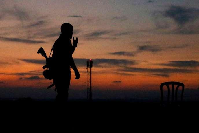 Un soldat israélien après l'annonce du cessez-le-feu, à Sderot (Israel), près de Gaza, le 13 novembre.