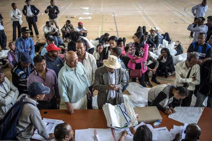 Décompte des bulletins de l'élection présidentielle malgache au stade de Mahamasina, à Antanarivo, le 8novembre 2018.