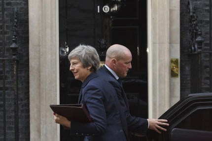 Theresa May arrive au 10, Downing Street, à Londres, le 14 novembre 2018.