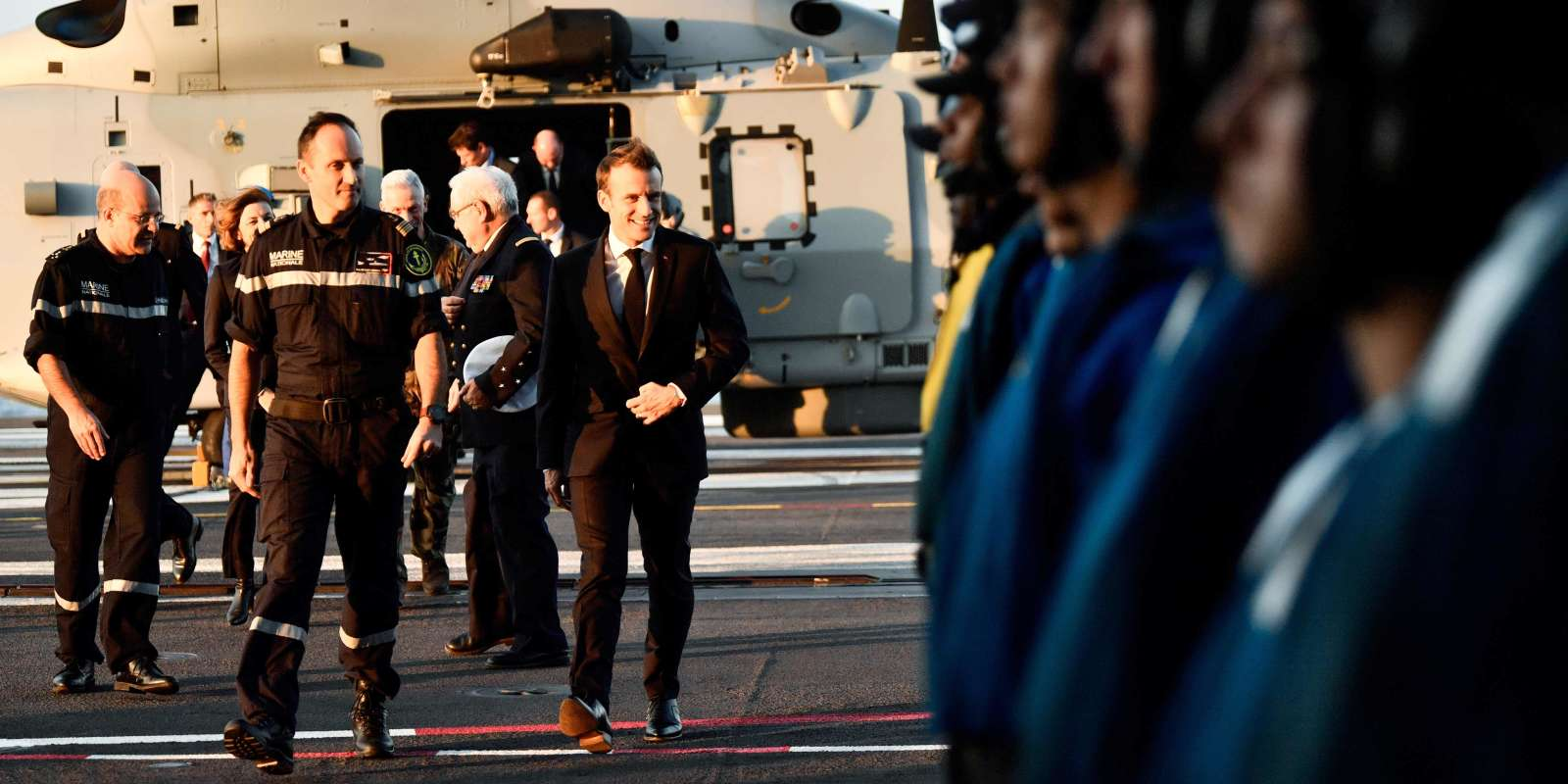 French President Emmanuel Macron arrives onboard the upgraded Charles de Gaulle aircraft carrier in Toulon, southern France, on November 14, 2018. The French president will spend one night aboard the aircraft carrier. / AFP / POOL / CHRISTOPHE SIMON