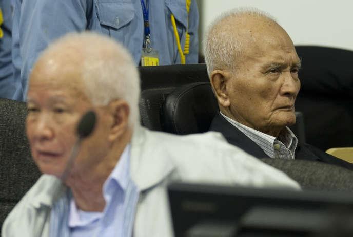 Les ex-leaders khmers rouges Khieu Samphan et Nuon Chea, en 2013 devant les CETC.