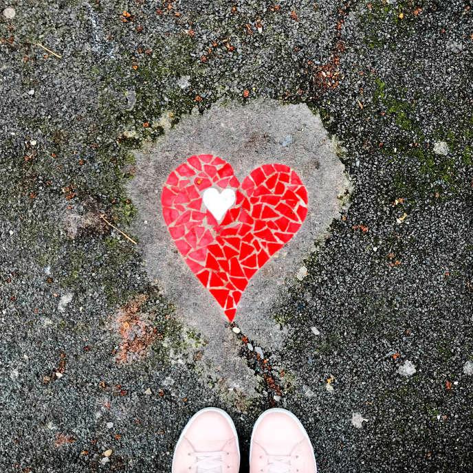 Encadré Skéné : coeur en mosaïque incrusté dans le trottoir par l'artiste Skéné à Lyon, mars 2018.