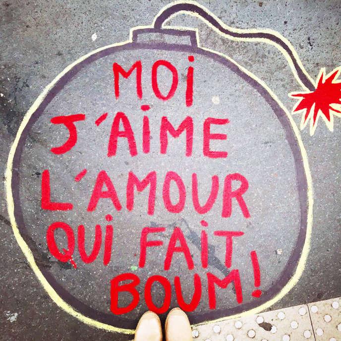 «J'aime l'amour qui fait boum» par Noémie alias Les Trottoirs qui chantent, Paris, avril 2018.