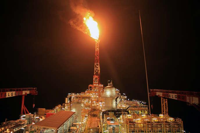 A la proue du « Kaombo-Norte», torchère d'une centaine de mètres qui illumine la nuit, au large des côtes angolaises, le 8 novembre.