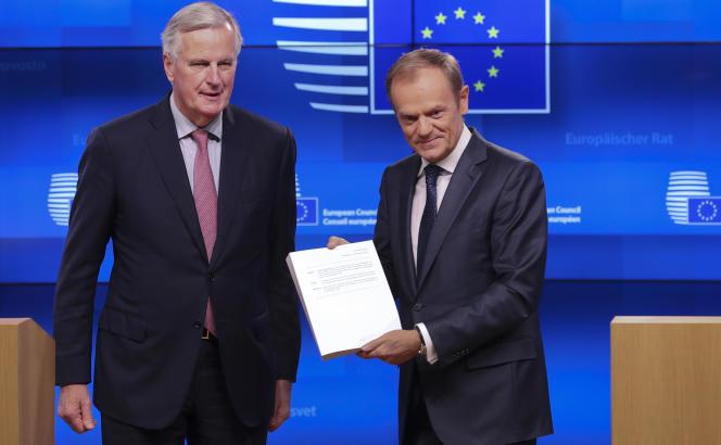 Michel Barnier, négociateur en chef de l'UE pour le Brexit, et Donald Tusk, président du Conseil européen, présentent le projet d'accord à la presse, le 15 novembre à Bruxelles.