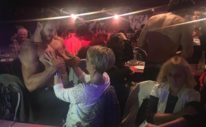 Après leur spectacle sur scène,les Chippendales dans la salle du cabaret l'Audacieux, à Déols (Indre), en novembre.