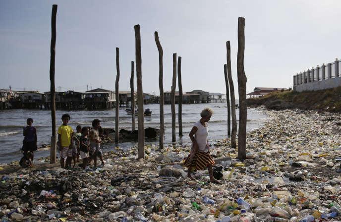 La plage de Port Moresby, envahie de déchets de plastique, en Papouasie-Nouvelle-Guinée, le 15 novembre.