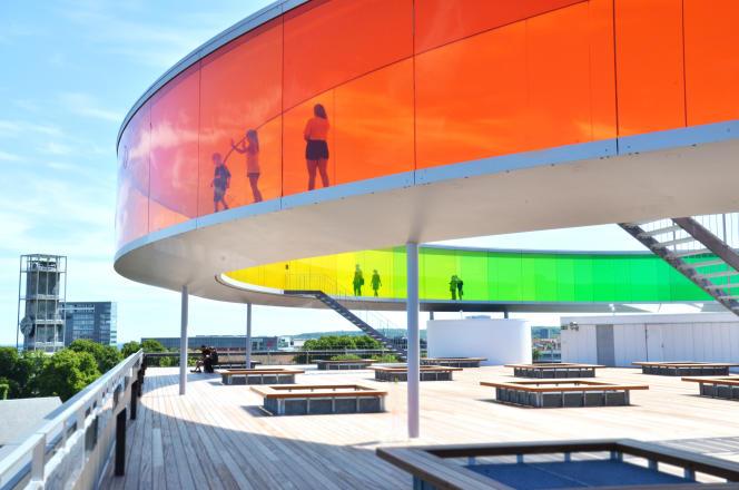 Une vision multicolore et à 360 degrés sur la ville grâce à l'œuvre d'Olafur Eliasson, « Your Rainbow Panorama ».