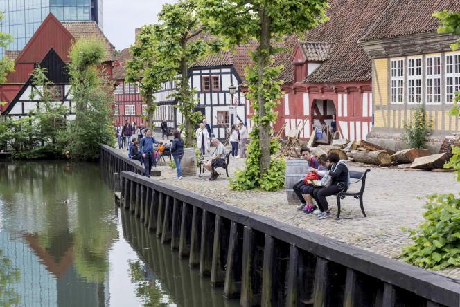 Den Gamle By est une « vieille ville » reconstituée retraçant l'histoire du pays du XVIIIe siècle aux années 1970.