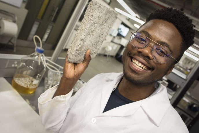 Vukheta Mukhari, l'un des créateurs d'une brique fabriquée à partir d'urine, à l'Université du Cap, en Afrique du Sud, le 2novembre 2018.