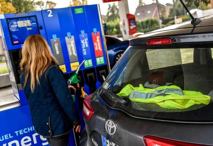 Une automobiliste qui se réclame du mouvement des «gilets jaunes» fait le plein à la pompe à Méteren, dans le Nord, le 4novembre.