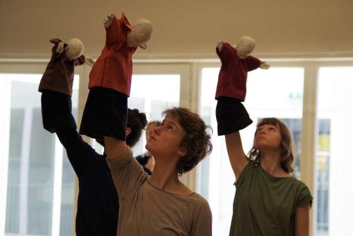 Les élèves en première année de l'Ecole nationale supérieure des arts de la marionnettese forment aux fondamentaux de la marionnette à gaine.