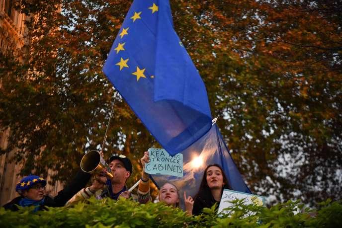 Des manifestants anti-Brexit, le 15 novembre, à Londres, près du Parlement.