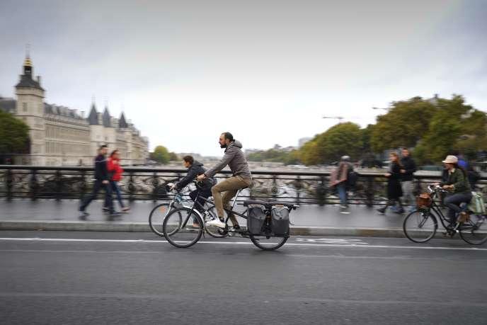 Des cyclistes circulent près du Palais de justice de Paris, lors de la journée sans voiture, en septembre 2018.