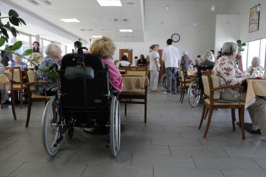 Maison de retraite à Nantes (Loire-Atlantique) accueillant personnes âgées dépendantes, EHPAD, collation dans la salle à manger.