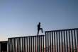 Un migrant sur la barrière entre le Mexique et les Etats-Unis, le 14 novembre 2018.