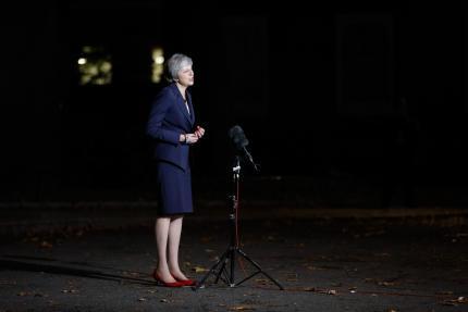 Devant le 10, Downing Street, Theresa May annonce que son gouvernement a validé l'accord de rupture avec l'UE, à Londres, le 14 novembre.