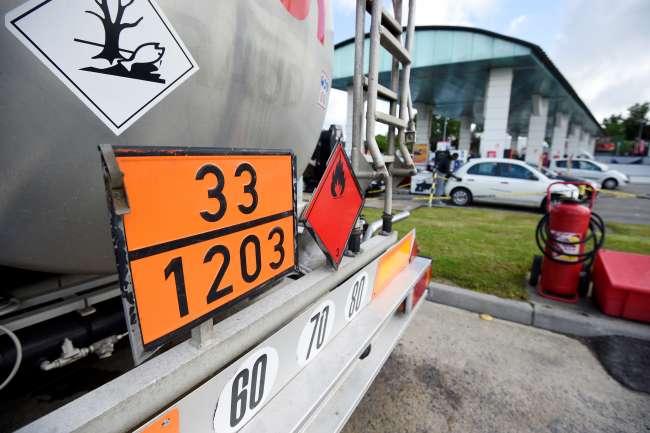 Un camion-citerne ravitaille une station-service, à Cesson-Sévigné (Ille-et-Vilaine), près de Rennes, le 23 mai 2016.