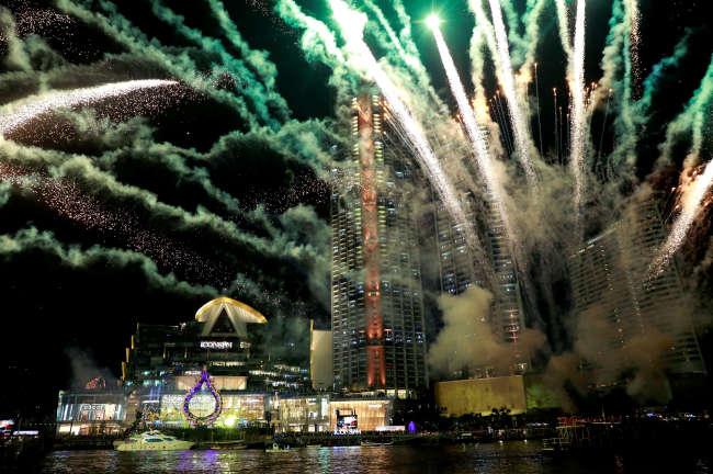 Spectacle pyrotechnique pour l'inauguration de centre commercial Iconsiam, à Bangkok, le 9 novembre.