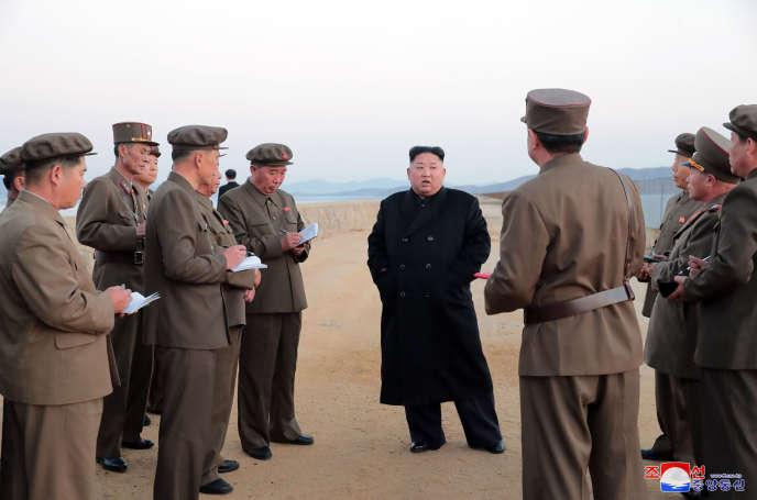 Photo non datée et diffusée le 16 novembre par les autorités nord-coréennes, montrant le dirigeant Kim Jong-un sur un site militaire du pays.