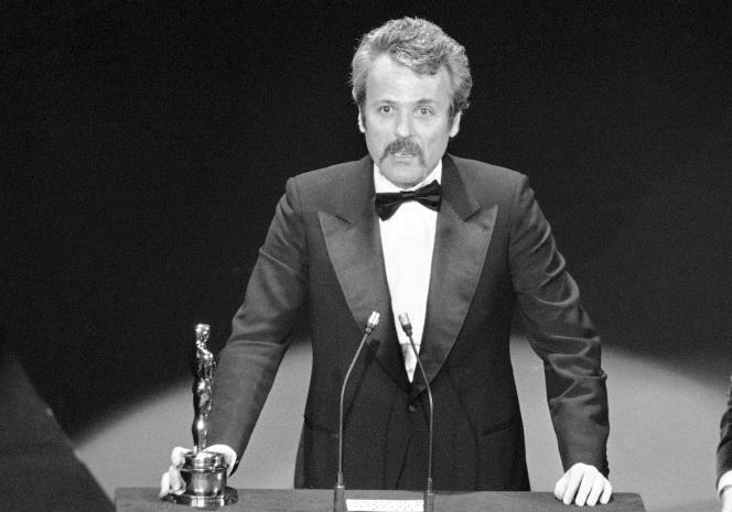 William Goldman, en mars1977, se voit remettre un Oscar pour son scénario du film «Les Hommes du président».