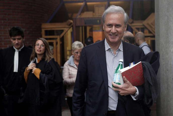 Le maire de Draveil (Essonne), Georges Tron, à sa sortie de la cour d'assises de Seine-Saint-Denis, à Bobigny, le 15 novembre.