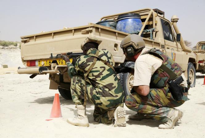 Un soldat américain (à droite) lors d'un exercice d'entraînement avec l'armée tchadienne, à Mao, dans le centre-ouest du pays, en février 2015.