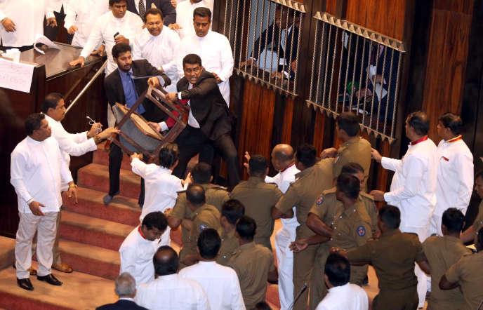Les députés sri-lankais se battent dans l'enceinte de l'Assemblée, à Colombo, le 16novembre 2018.