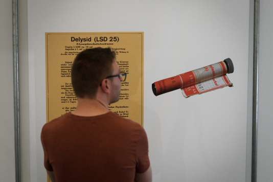 Pendant l'exposition intitulée «LSD, un enfant problématique de 75 ans» à la Bibliothèque nationale suisse, à Berne, le 21 septembre.