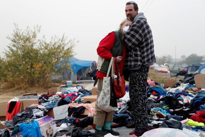 Travis Lee Hogan,rescapé du Camp Fireréconforte sa mère, au centre de secours improvisé de Chico (Californie), le 15 novembre.